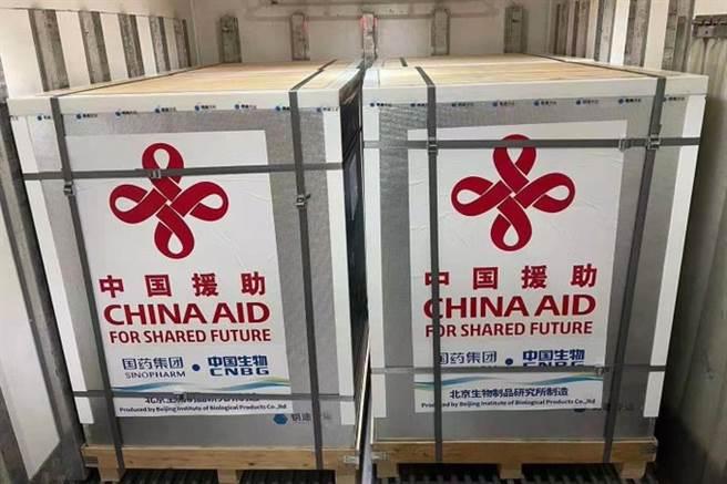 大陸國藥集團生產的50萬劑新冠疫苗周三運抵孟加拉首都達卡,大陸駐達卡大使李極明稱此為中孟兩國合作抗疫的最新進展。(圖/@China2ASEAN)