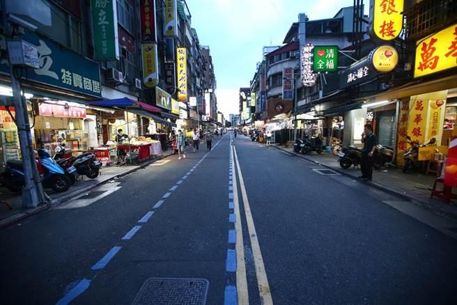 台北市萬華茶室女染疫,台北市長柯文哲下令所有茶室停止營業,13日廣州街夜市原本擺在路中的攤商也都沒有擺設,只剩下零星的民眾在路上。(鄧博仁攝)