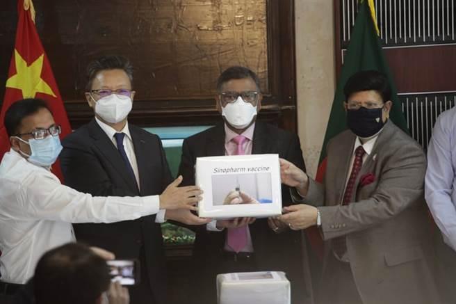 大陸援助孟加拉50萬劑國藥疫苗周三運抵首都達卡,陸駐達卡大使李極明(左2)代表中國贈送疫苗,孟加拉衛生部長莫勒齊(右2)與外交部長莫曼(右1)代表該國政府接受贈予。
