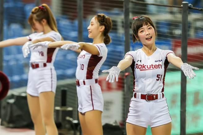 樂天女孩啦啦隊隊長籃籃表示,雖然現場少了熱情的球迷一起應援,女孩們除了線上直播與球迷互動外,全場九局也都會為球員加油應援。(陳麒全攝)