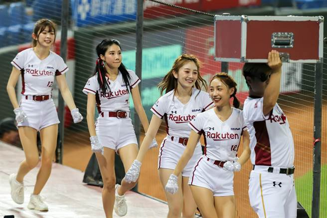 中場時間,東、西區的女孩互動玩遊戲,帶動現場氣氛。(陳麒全攝)