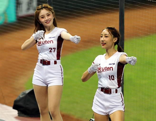 樂天女孩們除了線上直播與球迷互動外,全場九局也都會為球員加油應援。(陳麒全攝)
