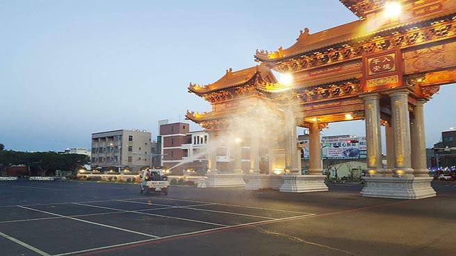 台南市環保局昨天傍晚派員消毒鹿耳門聖母廟周遭環境。(台南市環保局提供/曹婷婷台南傳真)
