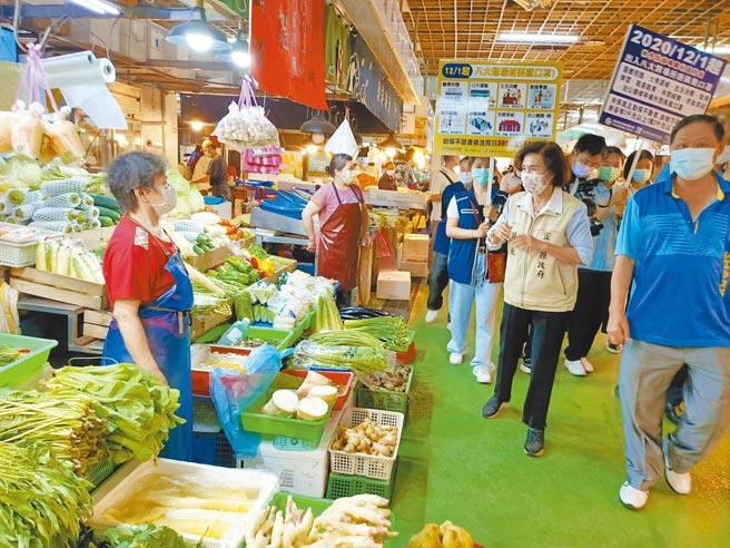宜蘭縣長林姿妙(右二)12日前往羅東鎮民生市場關心防疫狀況,同時幫商家們加油打氣。(胡健森攝)