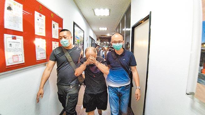 警方晚間逮捕目前擔任外送員的凶嫌潘秉侑(中),兩人有曖昧關係,他供稱為財殺人,警方漏夜偵訊。(胡欣男攝)