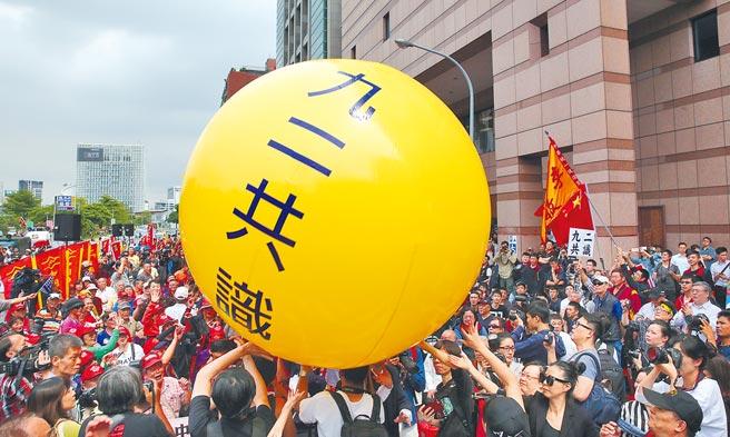 陸委會表示,台灣已翻過九二共識歷史一頁,大陸國台辦則說,九二共識翻不過也繞不開。(本報資料照片)