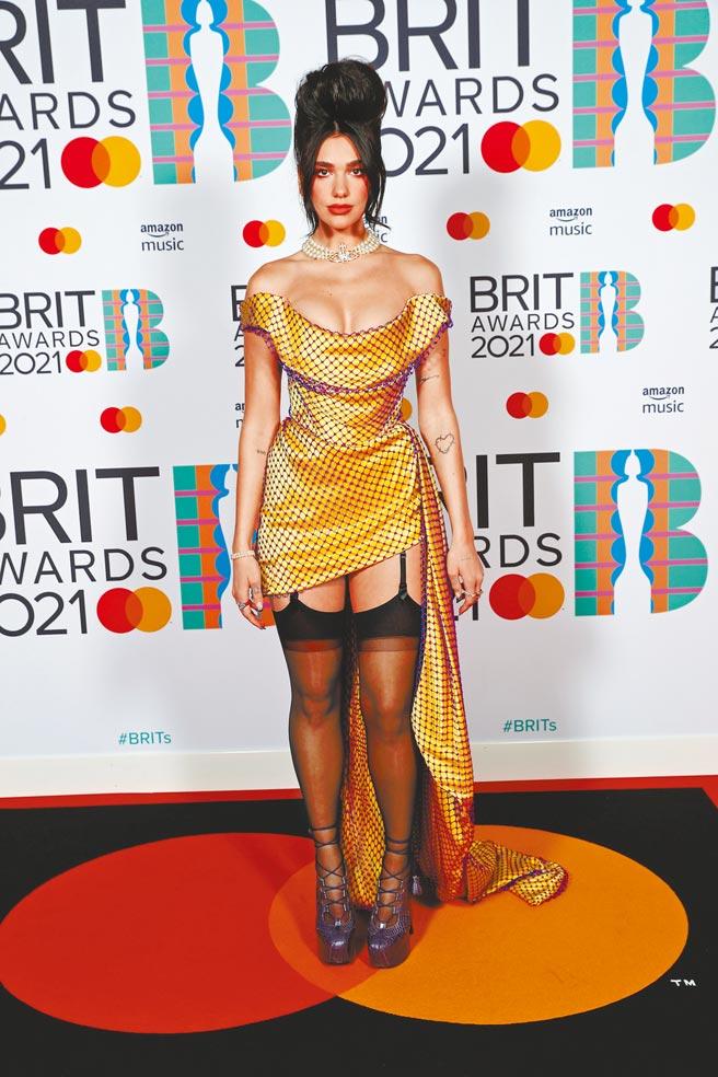 杜娃黎波穿龐克女王Vivienne Westwood金色圓點洋裝,奪下年度女歌手、專輯2大獎。(路透)