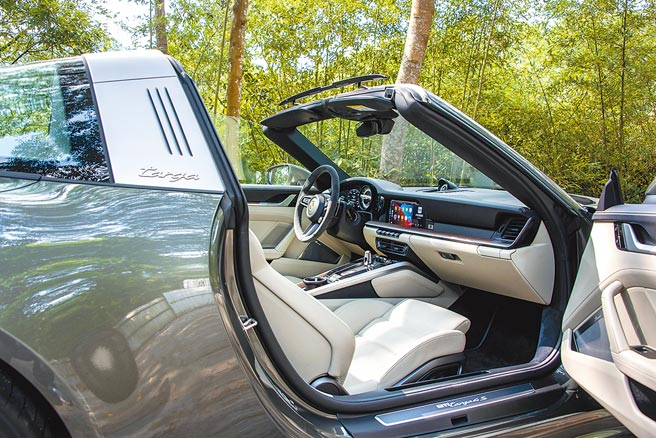 PORSCHE 911 Targa 內裝選用黑/冰島綠雙色柔感真皮內裝套件,搭配深色新幾內亞胡桃木內裝飾板套件,門檻為自發光暗銀色髮絲紋鋁合金配件。(陳大任攝)