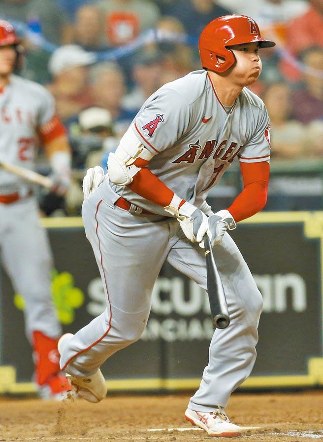 「打者大谷」昨役4支1,天使為了讓他第9局還能打擊,投完球還移防右外野。(路透)