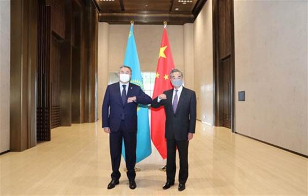 中國+中亞5國外長會晤透露中國外交三個關鍵密碼。圖為5月12日,中國國務委員兼外長王毅在陝西西安與哈薩克副總理兼外長會談。(中國外交部網站)