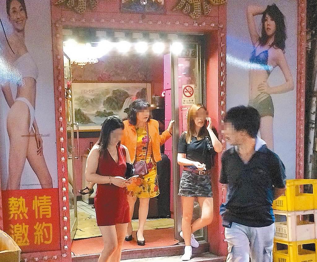 萬華阿公店數量眾多,不少店家會直接在店門口招攬男客,成為另類文化。(中時資料照/陳怡誠攝)