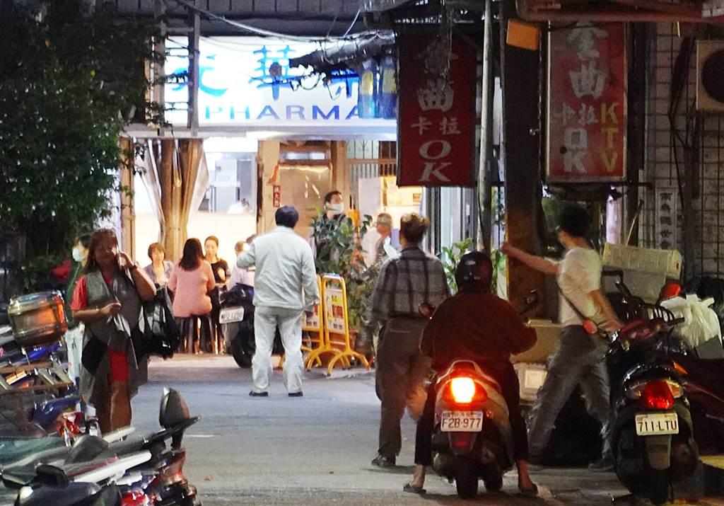 台北市萬華區阿公店林立,每到深夜總可見到許多來尋芳的男客,在燈紅酒綠的街道流連忘返。(資料照/姚志平攝)