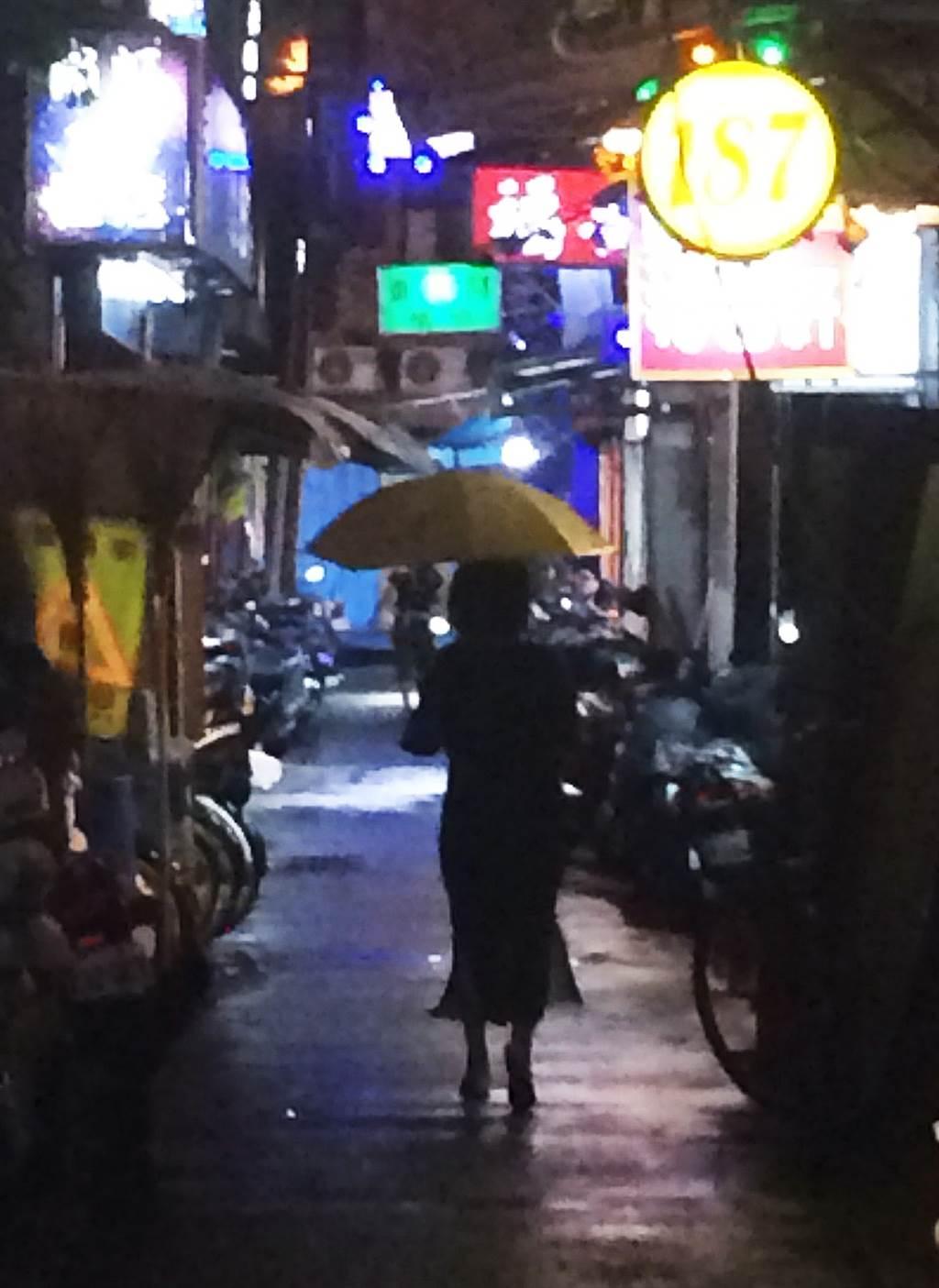 萬華夜晚舞影婆娑,陪酒小姐成為當地特色文化之一。(中時資料照/陳怡誠攝)