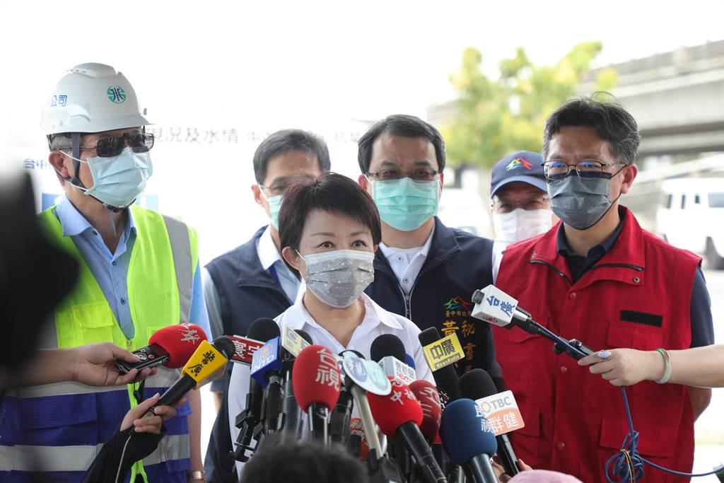 台中市長盧秀燕表示,德基水庫拉警報,但南北都無法供水給台中,「台中市被孤立了」。(盧金足攝)
