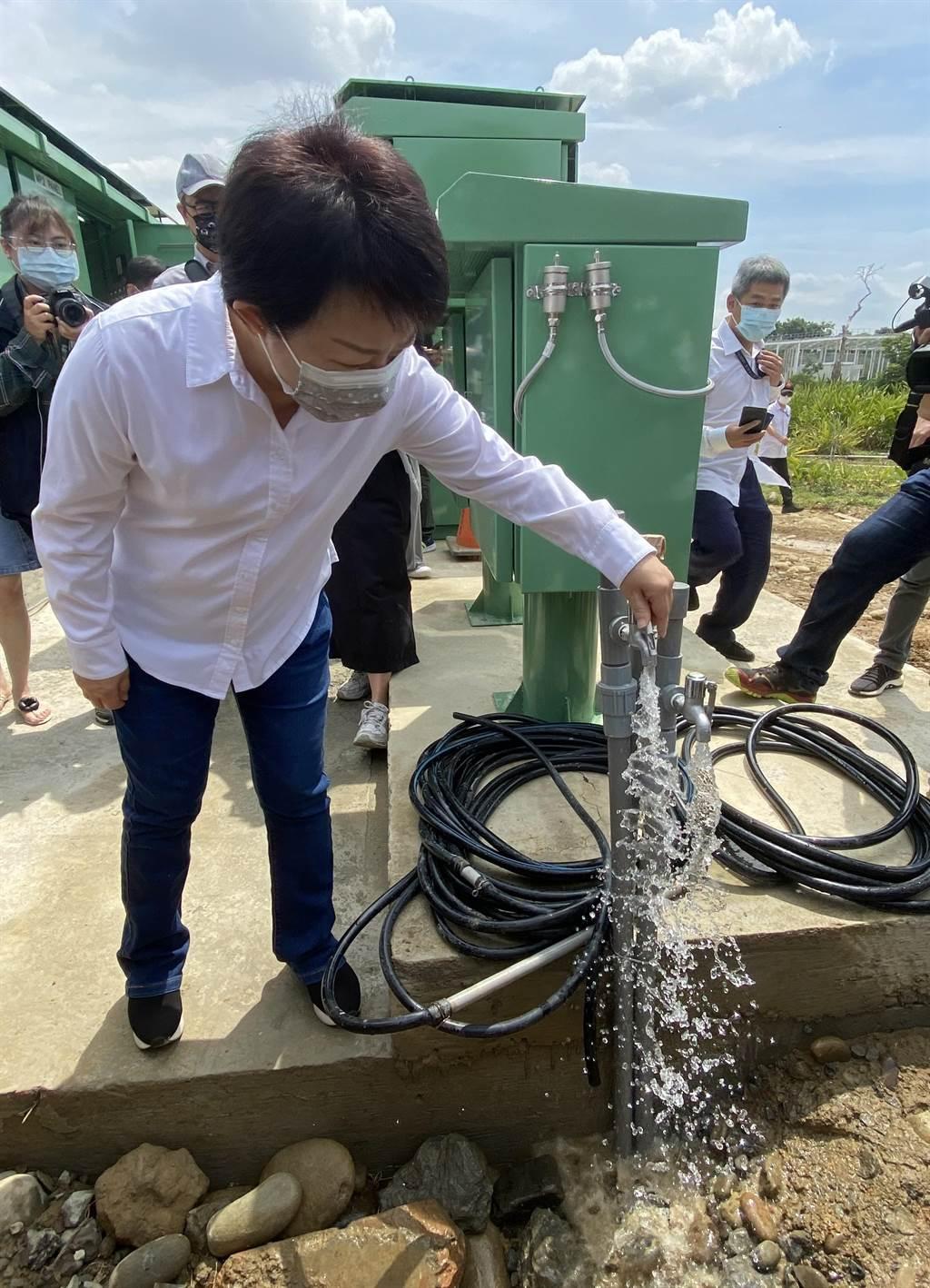 台中市長盧秀燕今日到中央公園水井產水經檢測水質良好,可供台水公司淨化轉換成民生自來水,要求注重水質安全。(盧金足攝)