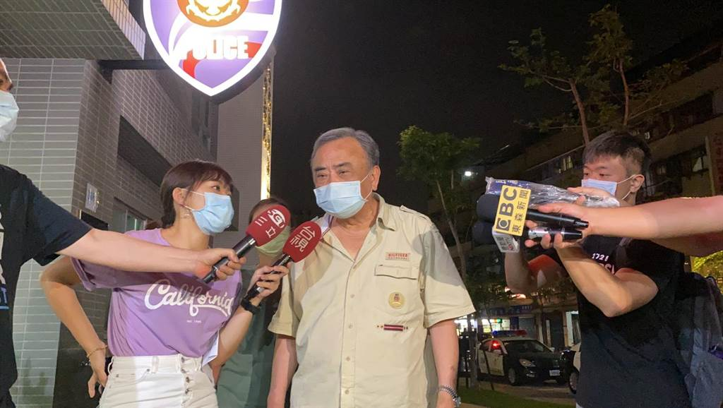 照片中的林姓男子晚間9時許也由市議員張維倩陪同前往中和警分局國光派出所提告。(翻攝)