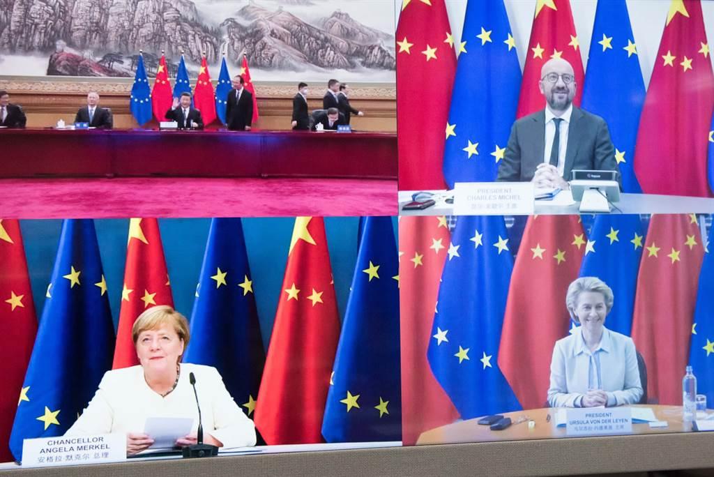 去年底梅克爾擔任歐盟輪值主席的最後一天,搶在美國當選總統拜登就任之前,中國與歐盟宣布達成長達7年的中歐投資協定談判。圖為中歐視頻峰會上,雙方領導人共同宣布完成談判。(圖/歐盟委員會)