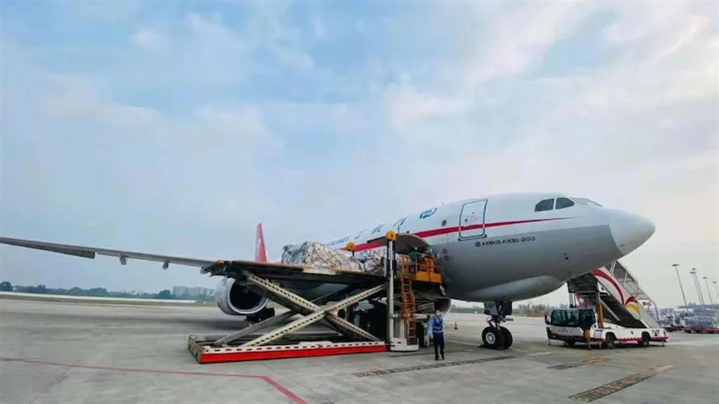 由大陸紅十字會捐贈的100台製氧機與其他醫療器材,於5月9日由成都出發並運抵印度新德里。(圖/中國駐印度大使宋衛東推特)