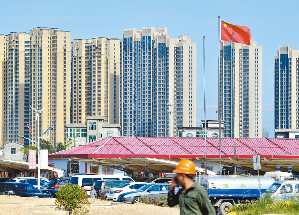 大陸財政部等多部門11日在北京召開關於房地產稅改革試點的座談會,被解讀房地產稅呼之欲出。圖為福建平潭正在建設的房地產大樓。(中新社)