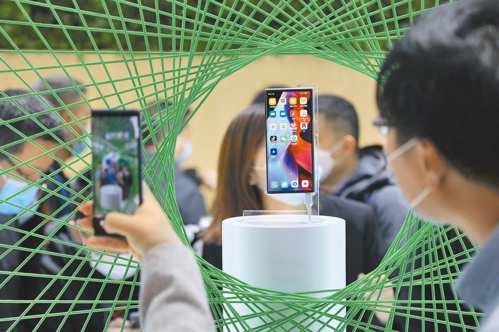 大陸工信部以侵害用戶權益為由,13日一口氣下架90款APP。圖為2月在上海舉行的2021年世界移動通信大會。(中新社)