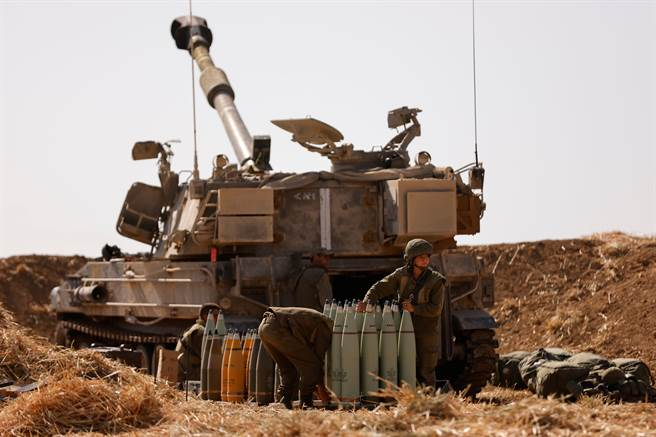 以色列地面部隊已於加薩邊界集結,並持續動員後備軍人,全面戰爭一觸即發。圖為部署於當地的以軍砲兵。(圖/路透社)