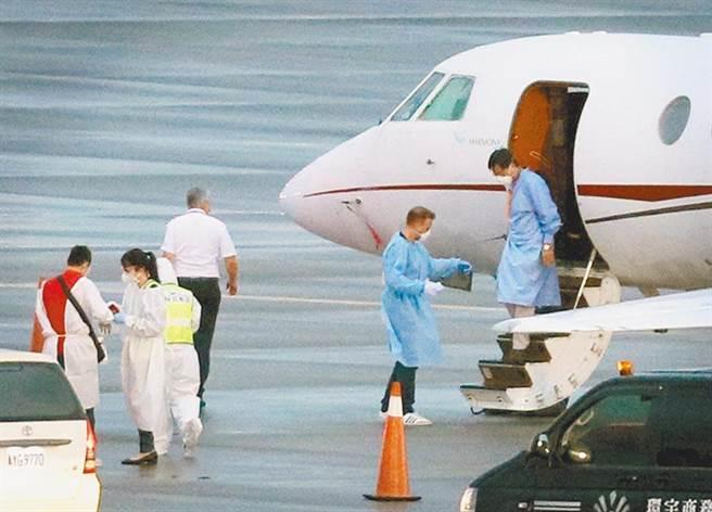 圖為駐印度代表處官員8日搭乘醫療專機飛抵桃園機場。(范揚光攝)