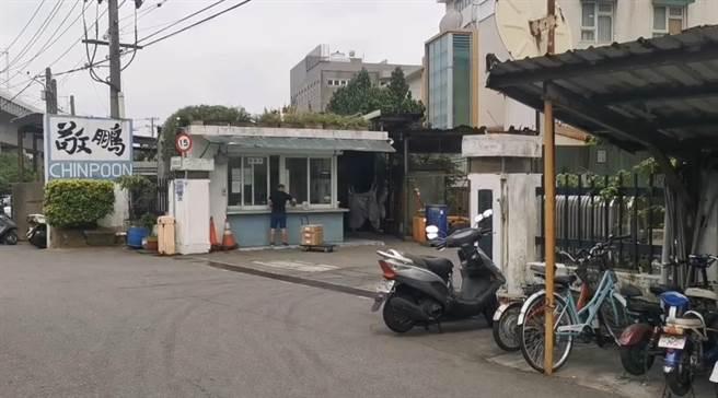 附近居民抱怨敬鵬工廠沒有進行消毒,對於工廠周邊是否有病毒感到相當害怕。(姜霏攝)