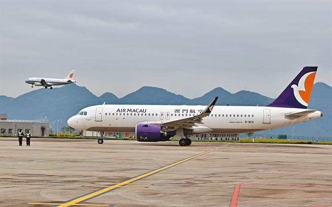 圖為重慶直飛澳門的澳門航空航班。(中新社)