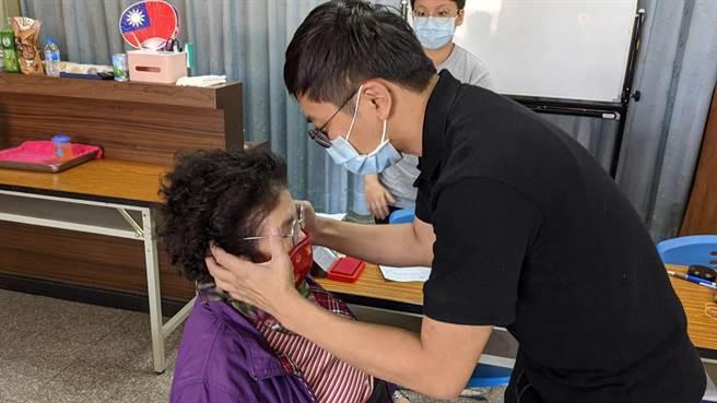 彰化縣政府率全國之先,首次開辦敬老眼鏡補助。(吳敏菁攝)