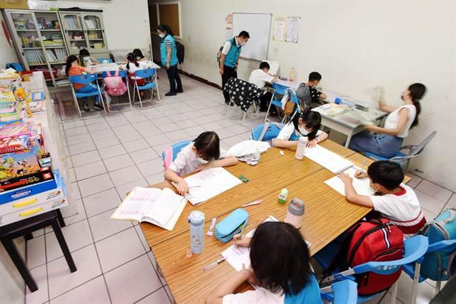 張媽媽基金會的同仁關心孩子們的課業,督促孩子們在日常生活落實防疫措施。(張媽媽基金會提供)