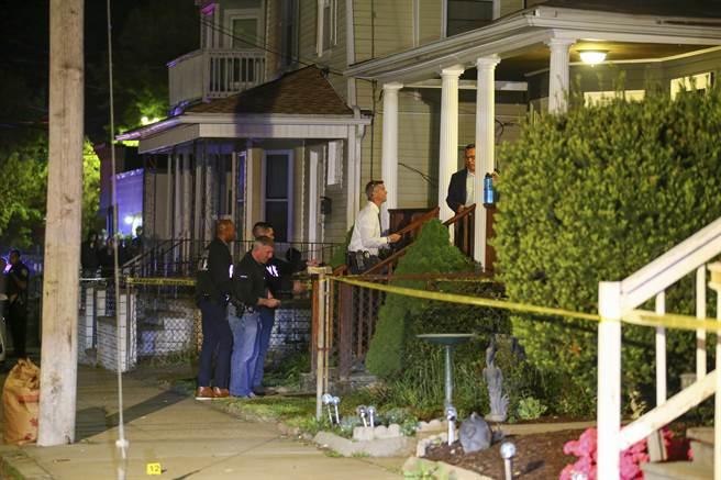 美國羅德島州首府普羅維登斯(Providence)今天晚間爆發槍擊案,造成9人受傷送醫,其中3人命危。(圖/新華社提供)