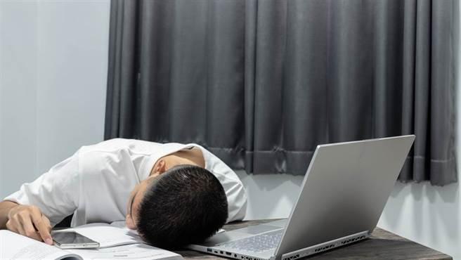 青壯年常感倦怠,恐是免疫出狀況,引爆多發性硬化症。(示意圖/Shutterstock)
