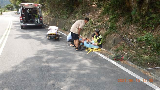 33歲越南新移民胸前背負女嬰,騎車摔落路旁乾溝,2人送醫急救,6個月大女嬰宣告不治。(民眾提供/王文吉台中傳真)