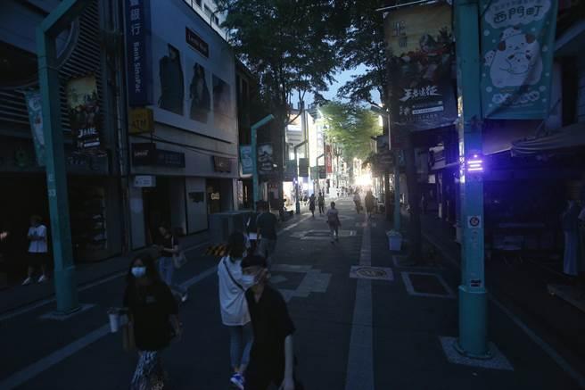 13日下午全台緊急分區輪流停電,台北市西門町商圈亦在停電範圍內,造成西門町內一條街兩樣情。(資料照/杜宜諳攝)