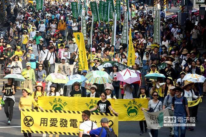 民進黨過去在反核遊行曾高舉「用愛發電」標語。(圖/中時資料庫)