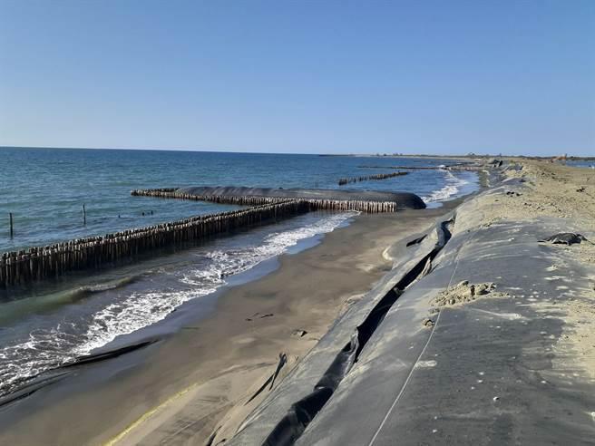 水利局目前全線已完成鄰海側竹樁、沙腸袋消波防護設施施作。(水利局提供/劉秀芬台南傳真)