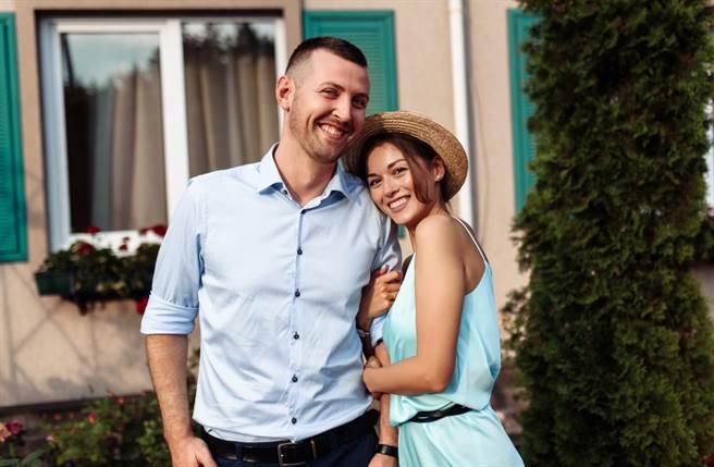 雙魚座、金牛座、處女座及天秤座的人在未來10天將迎來桃花纏身,能夠遇到對你吸引力十足的人,注定會收穫真愛。(圖/Shutterstock)