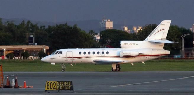 新冠肺炎肆虐印度,1名確診的駐印度代表處官員14日搭乘醫療專機飛抵桃園機場。(范揚光攝)
