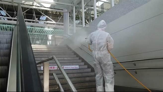 本土案例多點爆發,各縣市也緊急啟動消毒作業,針對人潮密集處消毒。(圖/環保署提供)