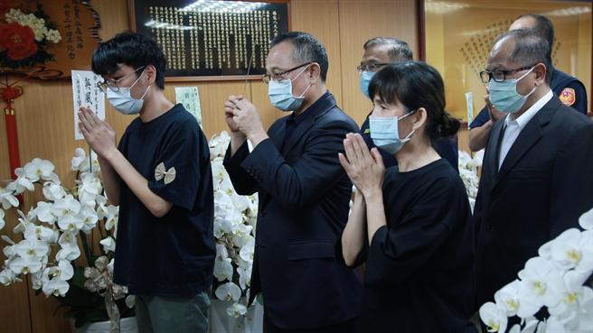 今(14)日警政署长陈家钦、局长黄宗仁等人到灵堂捻香致哀、慰问家属。(树林警分局提供)