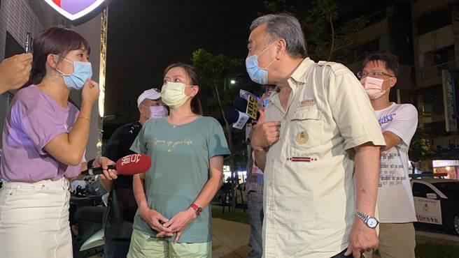 照片中的林姓男子晚间9时许也由市议员张维倩陪同前往中和警分局国光派出所提告。(翻摄)