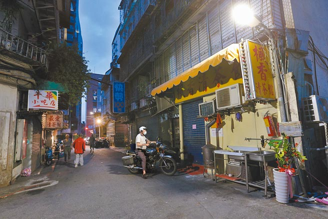 台北市長柯文哲下令萬華區所有茶室、飲酒店暫停營業,其中「楓香清茶館」因有女員工確診關門,整條街顯得冷清。(黃世麒攝)
