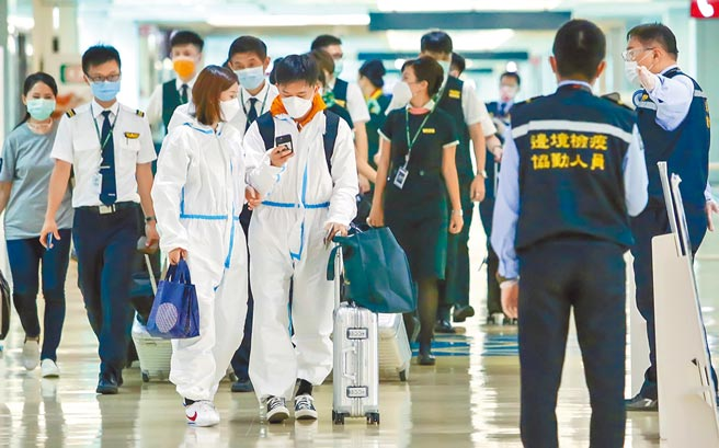 中央流行疫情指揮中心13日公布國內新增12例境外移入COVID-19確定病例,分別是自菲律賓、印度及烏干達等地入境。圖為桃園機場入境旅客。(陳麒全攝)