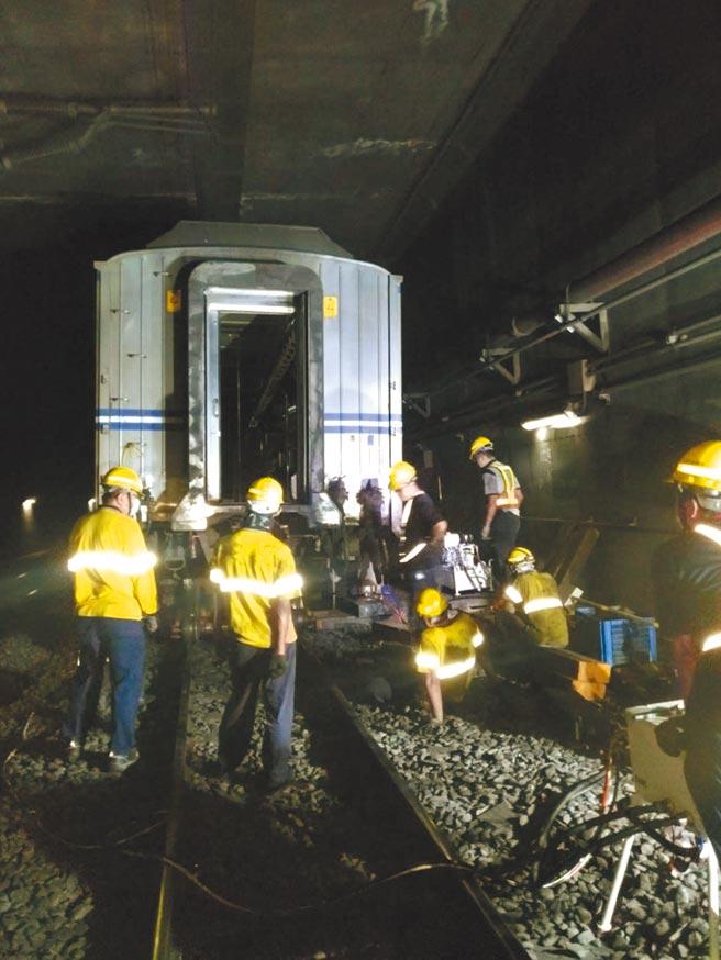 台鐵13日發生出軌事故,9283次EMU600型松山迴送樹林調車場,清晨5時38分在松山到台北間東正線馱架出軌,工務單位搶修中。(台鐵局提供)