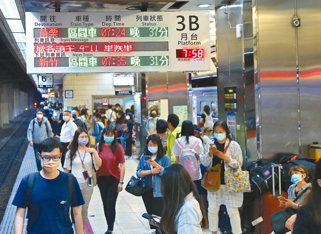 台鐵發生出軌事故,9283次EMU600型松山迴送樹林調車場,13日清晨5時38分在松山到台北間東正線馱架出軌,改採單線雙向通車。台北火車站列車資訊顯示誤點40至50分鐘,讓月台上的民眾苦等。(陳君瑋攝)