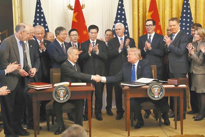 大陸國務院副總理、中美全面經濟對話中方牽頭人劉鶴(前排左)於2020年1月與美國總統川普(前排右)在中美第一階段經貿協議簽署儀式上握手。 (中新社)