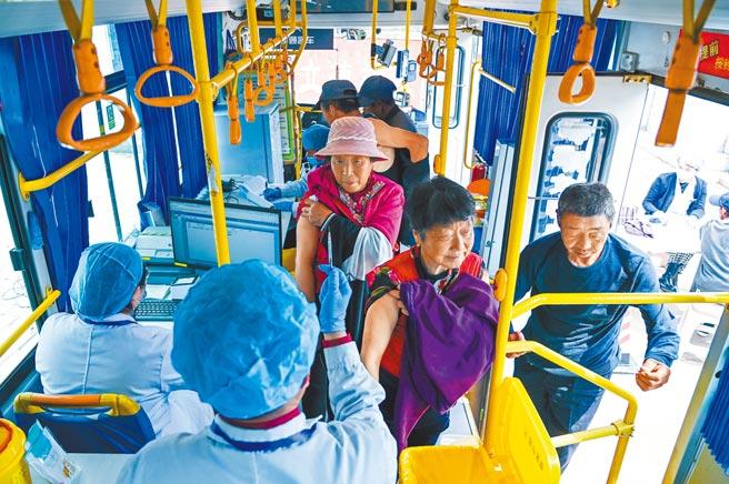 大陸包括江蘇南京多地,推出疫苗行動接種車。圖為內蒙古用公車改裝的流動接種車,可至偏鄉幫民眾接種。(新華社)