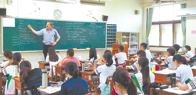 竹北高中獲得教育部核定,成為竹竹苗區首間成立雙語教育實驗班的國立高中,將有外籍教師協同上課,培養學生外語實力。(竹北高中提供/莊旻靜新竹傳真)