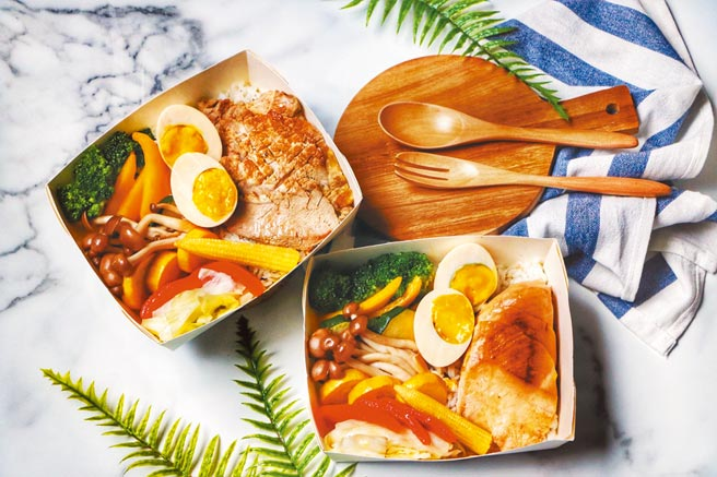 板橋凱撒大飯店推出「鮮蔬雞肉餐盒」、「鮮蔬豬肉餐盒」。(板橋凱撒大飯店提供)