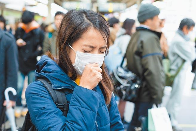 每當拿下或觸碰口罩時,都會在不自覺中沾附到病毒,重新戴起時比較容易會感染到細菌。(旺旺水神提供)